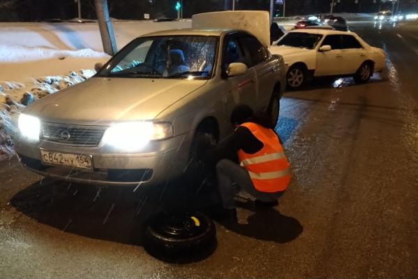 Несколько машин угодили в глубокие ямы и пробили колёса
