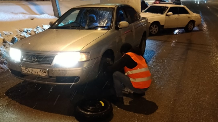 Ямы в лужах: автолюбители пробивают колеса на дорогах Новосибирска