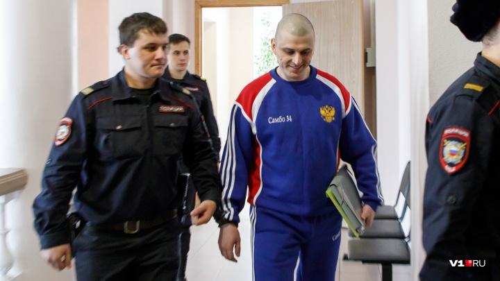 «Я не обрезан, но тоже могу показать»: в Волгоградском областном суде изучают татуировки Геберта