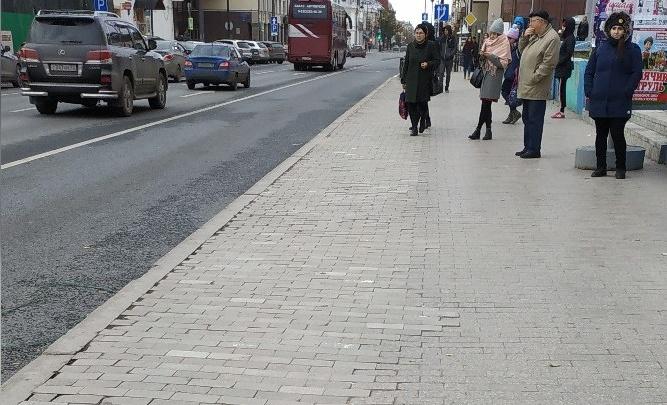 Власти объяснили, почему в центре Тюмени рабочие снимают, а затем кладут обратно старую плитку