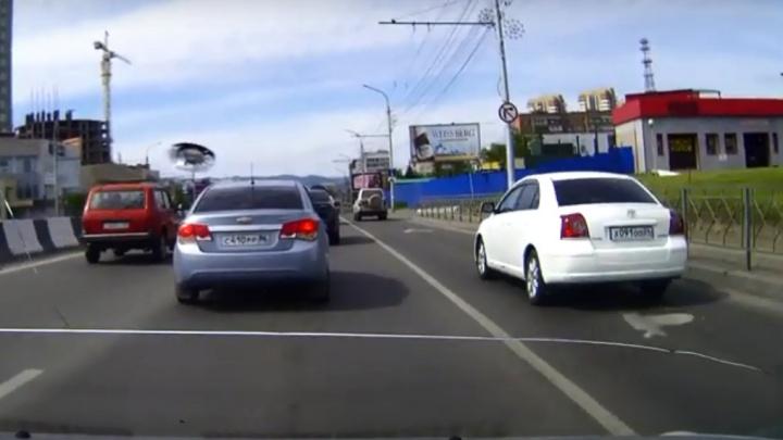 Водителя машины администрации оштрафовали за езду по выделенке