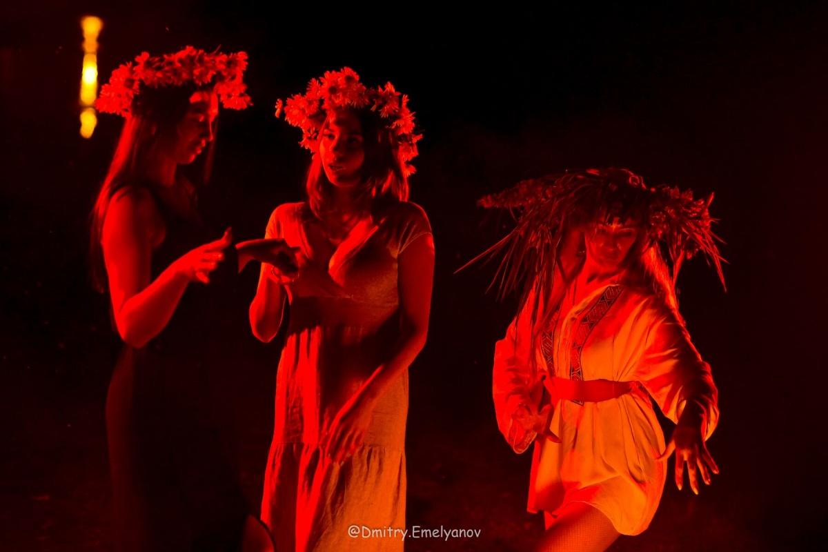 Екатеринбурженки в венках устроили мистическую фотосессию у костра к празднику Ивана Купалы