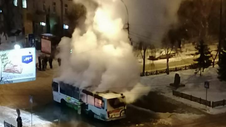 В Железнодорожном районе загорелся автобус