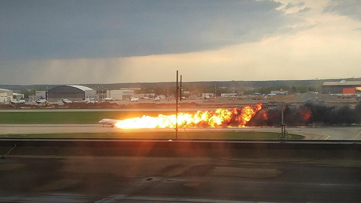 Самолёт совершил жесткую посадку и загорелся