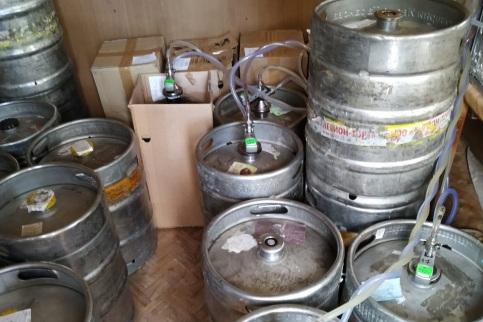 Бочками с алкоголем продавец заставил весь пол в киоске