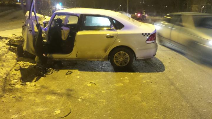На Химмаше машина такси лоб в лоб столкнулась с бетономешалкой