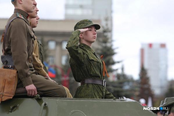 Как девушке устроится на работу в армию работа моделям от 35 лет