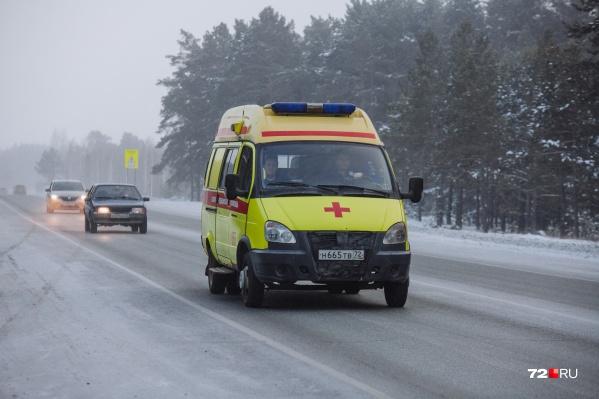 Водителей и пассажиров двух легковушек увезли в больницу с переломами ребер и ног