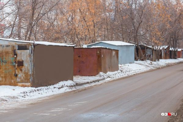 Жители предполагают, что в гаражах сжигают провода