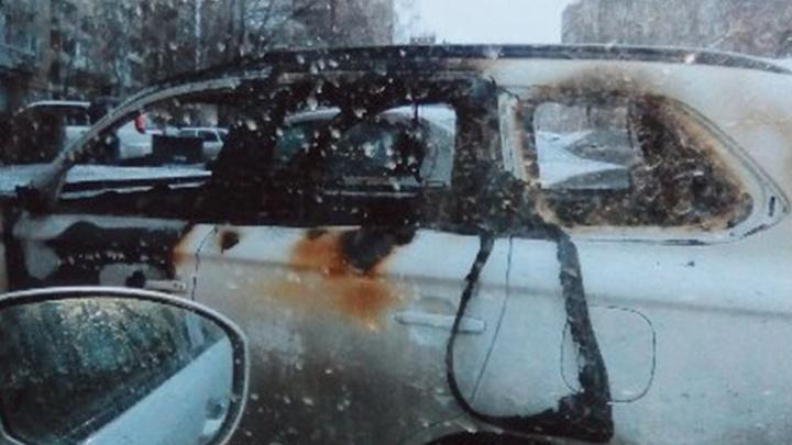 В Уфе горящую иномарку тушили шесть человек