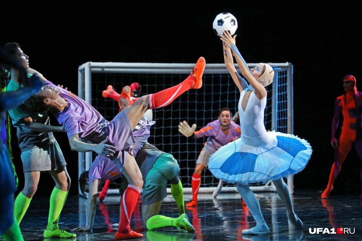 Премьера постановки должна была состояться в дни чемпионата мира по футболу, однако матч-балет собрал аншлаг только сейчас