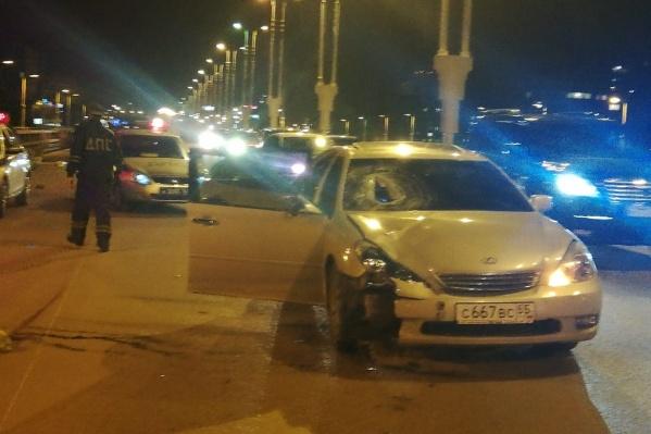 После того как водитель сбил дорожников, он врезался в попутный автомобиль