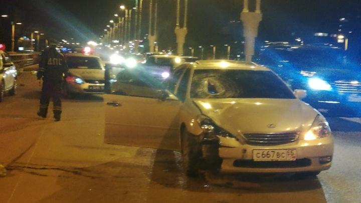 На метромосту 19-летний омич на Lexus сбил двоих дорожников