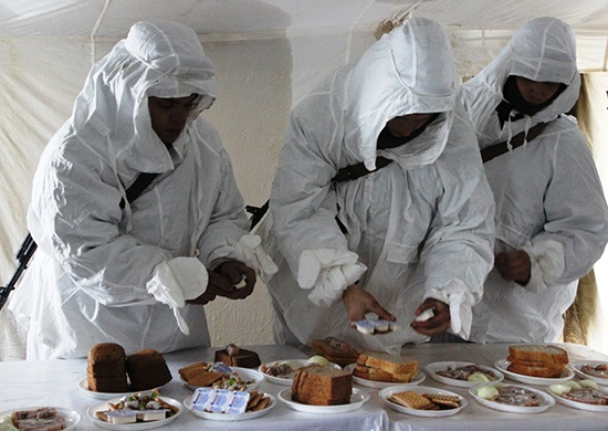 Новосибирских военных накормят селедкой под шубой и сладостями