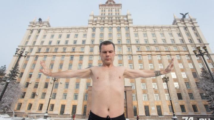 Испытание Уралом: «повелитель холода» искупался в снегу перед прыжком с парашютом в -80 °С