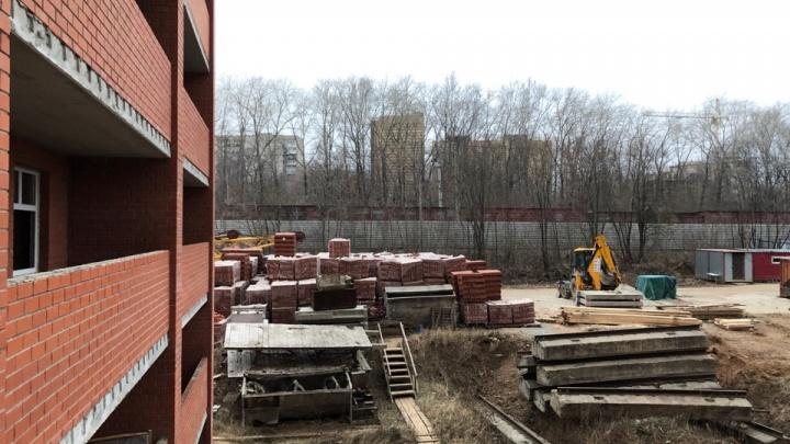 Шесть лет простоя: в Перми возобновилось строительство дома на Челюскинцев, 23