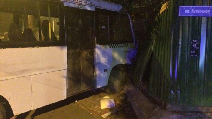 «Снесли забор»: в Ростове произошла авария с участием маршрутки и внедорожника