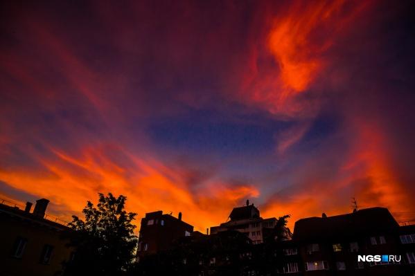 Такой закат можно было увидеть в центре Новосибирска