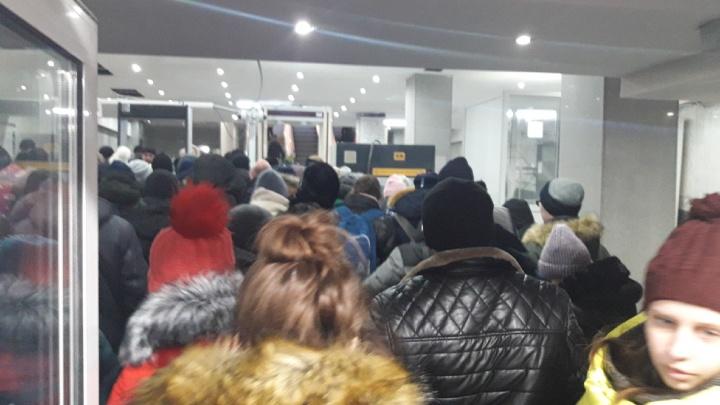 «30 минут ждали»: пассажиры электричек попали в дикую очередь из-за досмотров на челябинском вокзале