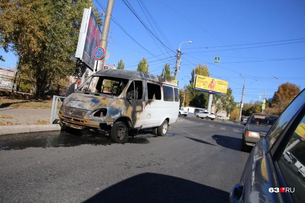 Микроавтобус выгорел изнутри