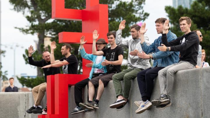 На Плотинке в Екатеринбурге заметили «Красного человечка». Он переехал к соседям?