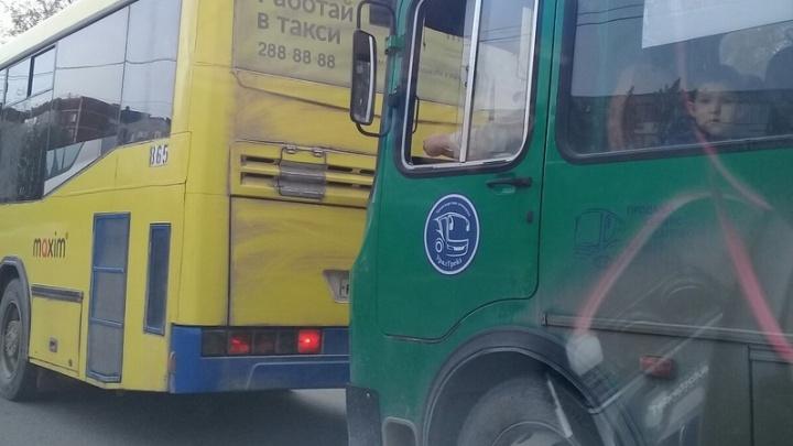 Екатеринбурженка отсудила 80 тысяч рублей у автобусников за то, что выпала на ходу из салона