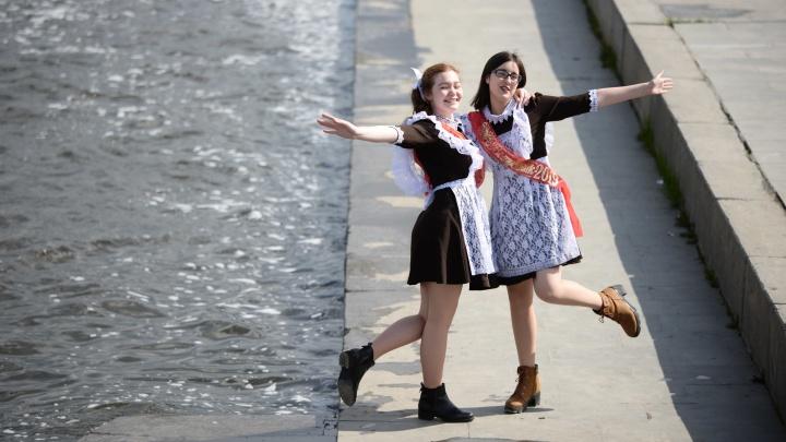 Читают рэп и хотят уехать в США: празднуем последний звонок на Плотинке с будущими выпускниками