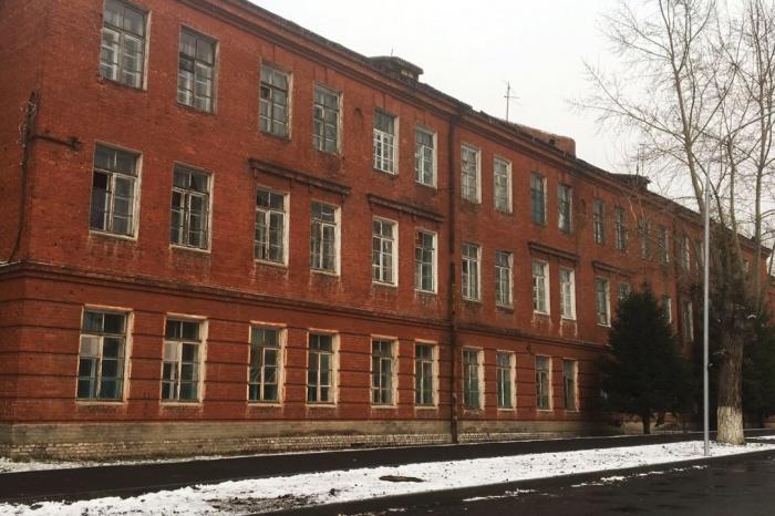В общежитии некоторые окна и форточки наглухо затянуты плёнкой из-за того, что зимой в разбитые рамы сильно дует