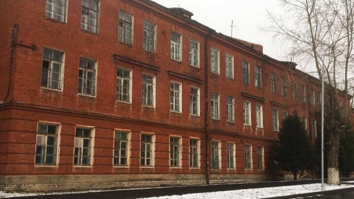 «Иначе затянем окна баннером»: жильцов военного общежития заставляют помыть окна к приезду Путина