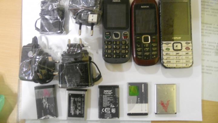 Возле исправительной колонии в Кургане поймали нарушителя: он пытался передать осужденным телефоны