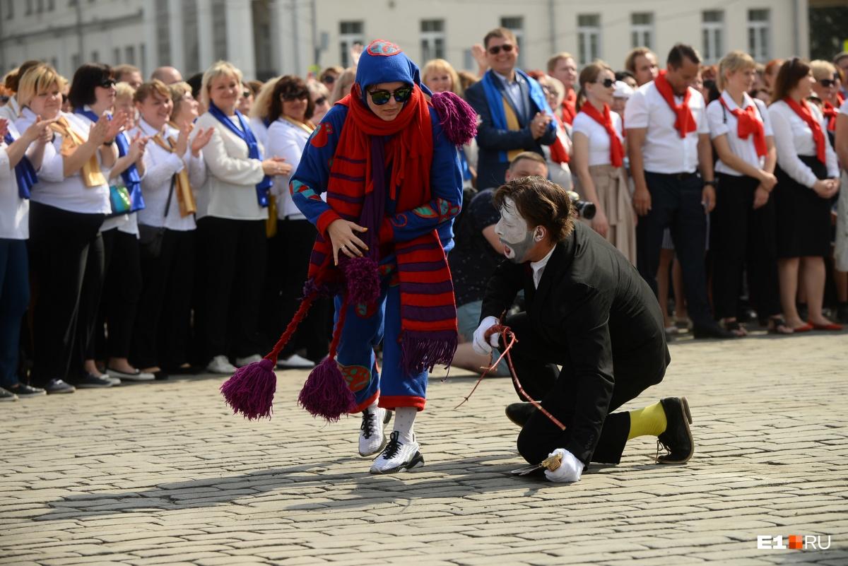 С днём рождения Екатеринбург поздравляли мимы, артисты на ходулях и кукольники