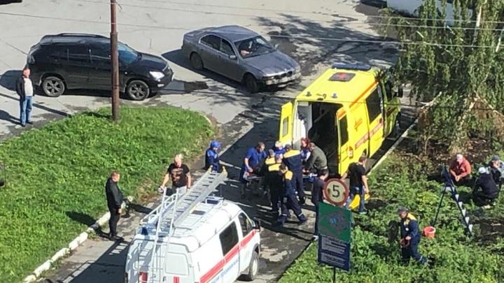 В Екатеринбурге двое рабочих провалились в люк и надышались газом