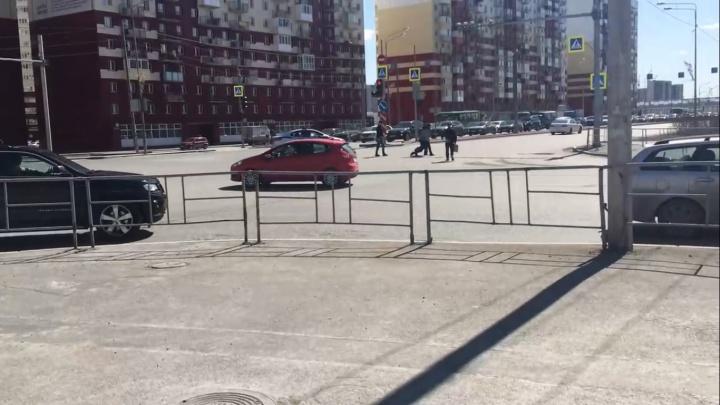 На перекрестке Пермякова — Менделеева поймали девушку, которая бросалась под машины