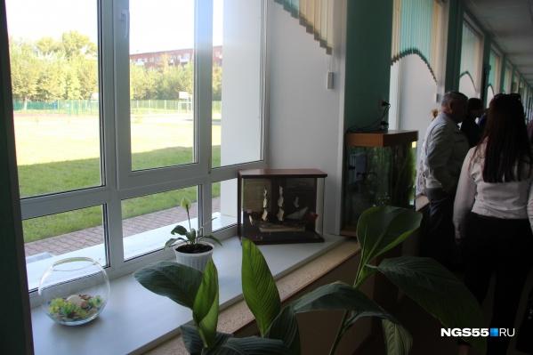 По словам директора школы, дети занимаются в классах, где окна ставили за счет старшеклассников