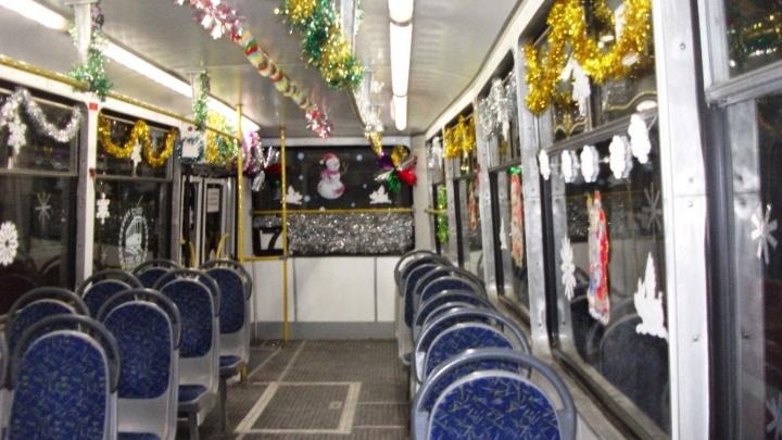 Бумажные поросята, мишура и пожелания на окнах: в Омске выбрали три самых нарядных трамвая