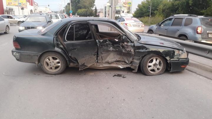 Водителя «Тойоты» увезли на скорой после ДТП на Бердском шоссе