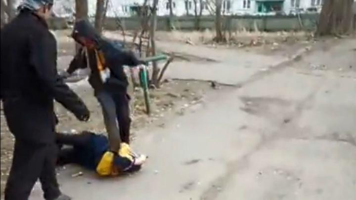 Появилось еще одно видео с агрессивными подростками с Московки — на нём они избивают ровесника