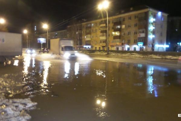 Потоп начался с придомовой территории, а потом добрался до проезжей части