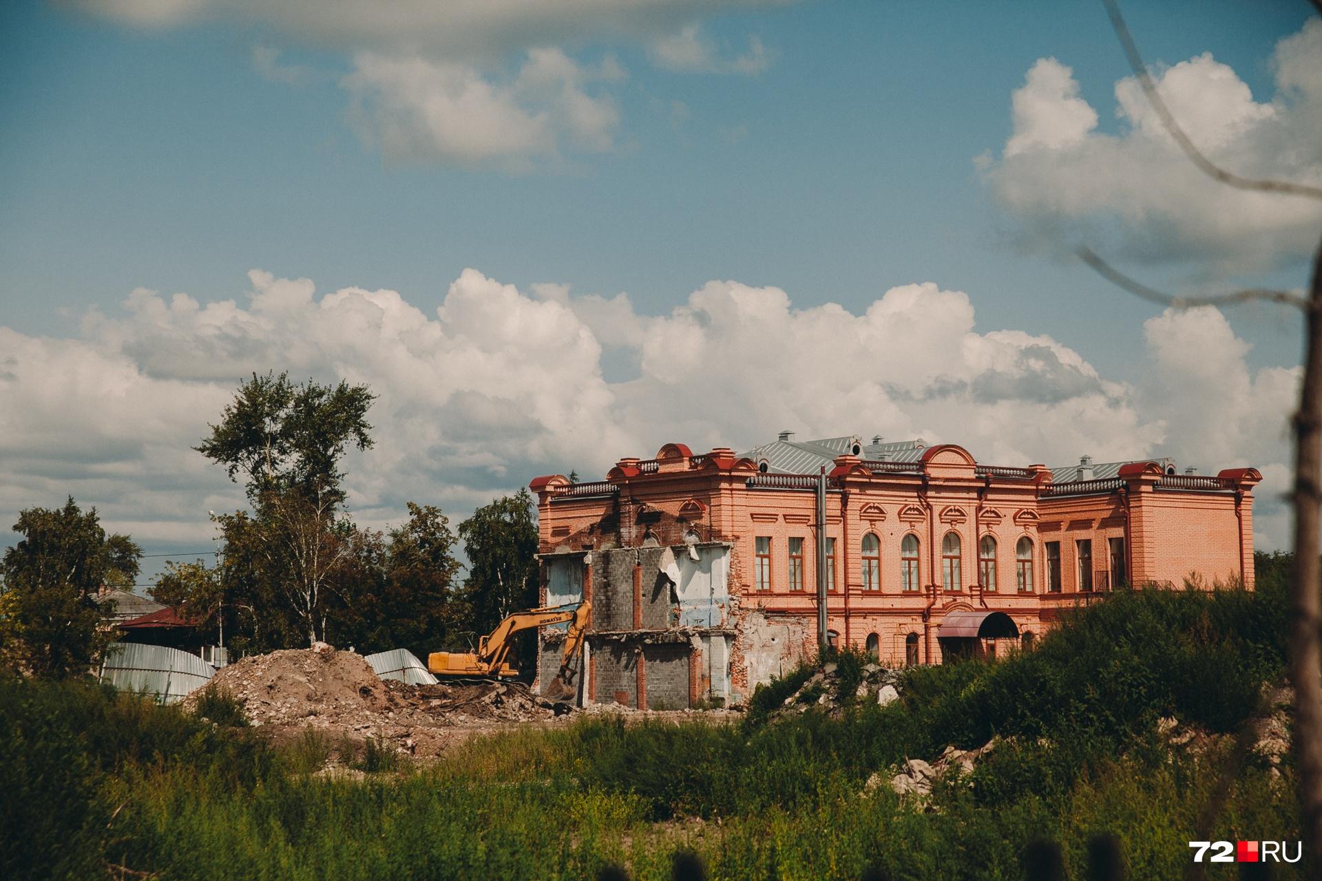 Кирпичный особнякКолмогорова стоит здесь с XIX века