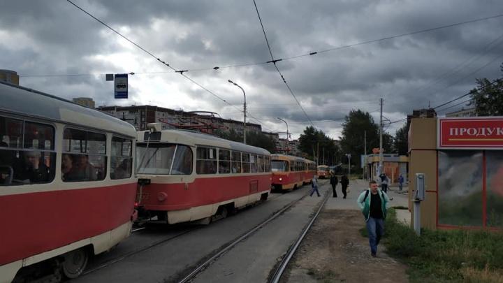 «Трамвай стоит 25 минут»: ЖБИ утонул в пробках из-за дорожного ремонта на Малышева