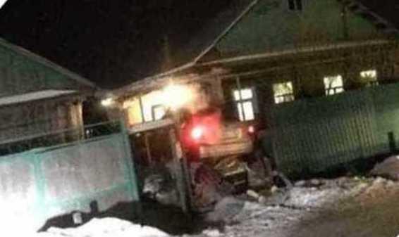 На выезде с Серовского тракта водитель забыл повернуть и протаранил жилой дом