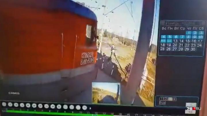 Сносил всё на своём пути: появилось видео, как в Ярославской области локомотив сошёл с путей