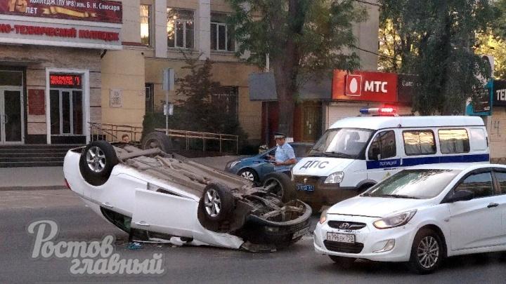 «Перевертыш» в центре города: в Ростове опрокинулась машина