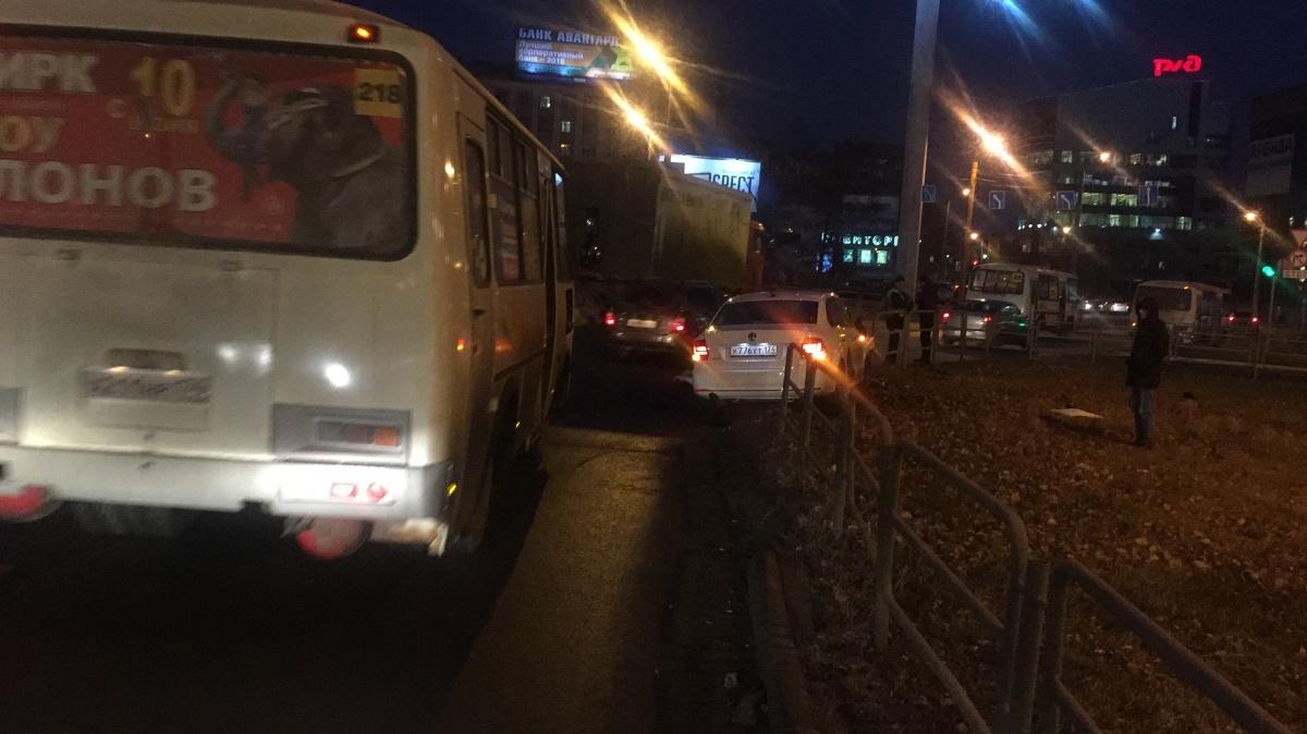 Машина такси выехала с проезжей части на обочину