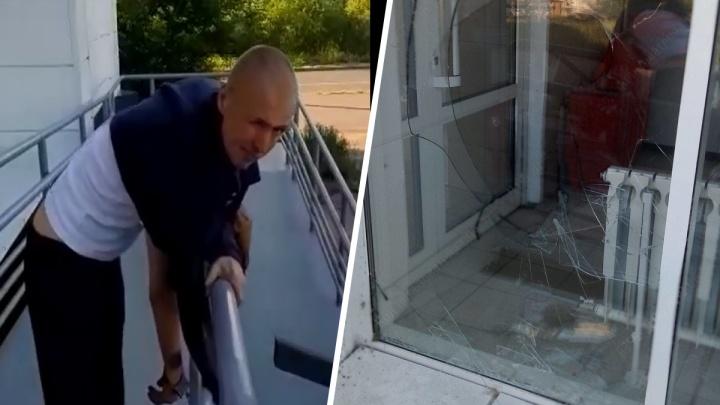 Крушил десять минут: мужчина разнёс витрину магазина тротуарной плиткой