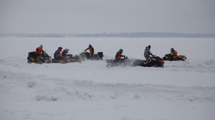 Десятки новосибирцев проехались на квадроциклах по льду Обского моря