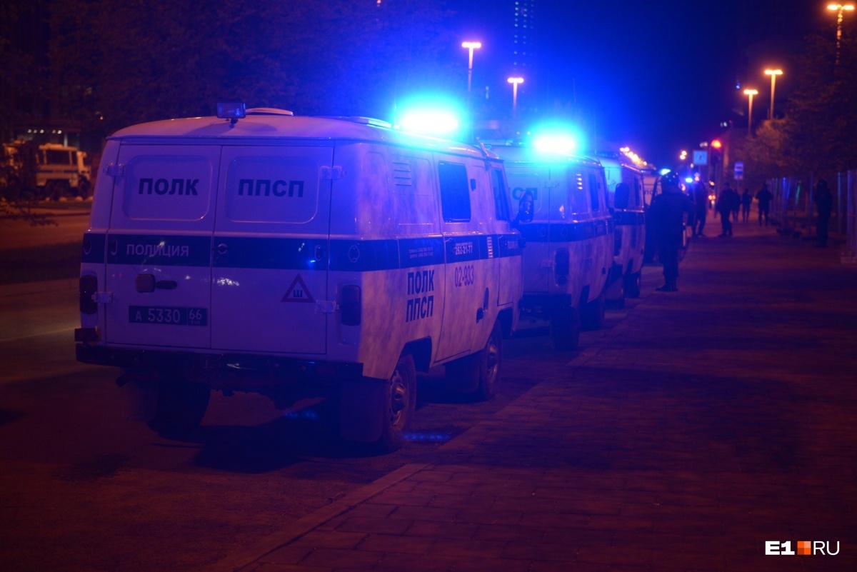 Эти машины развозили задержанных по отделениям полиции