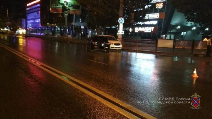 Пять человек в больнице: Skoda и Mazda столкнулись напротив «Торгушки» в Волгограде