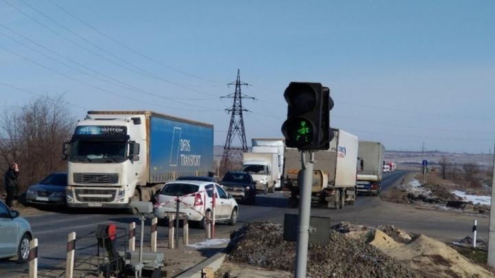 Под Волгоградом грузовой поезд протаранил «Ладу»