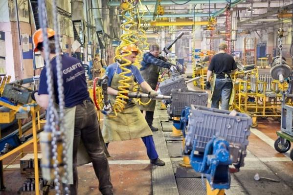 С переходом на неполную рабочую неделю у 5,5 тысяч работников заводов резко упадут доходы